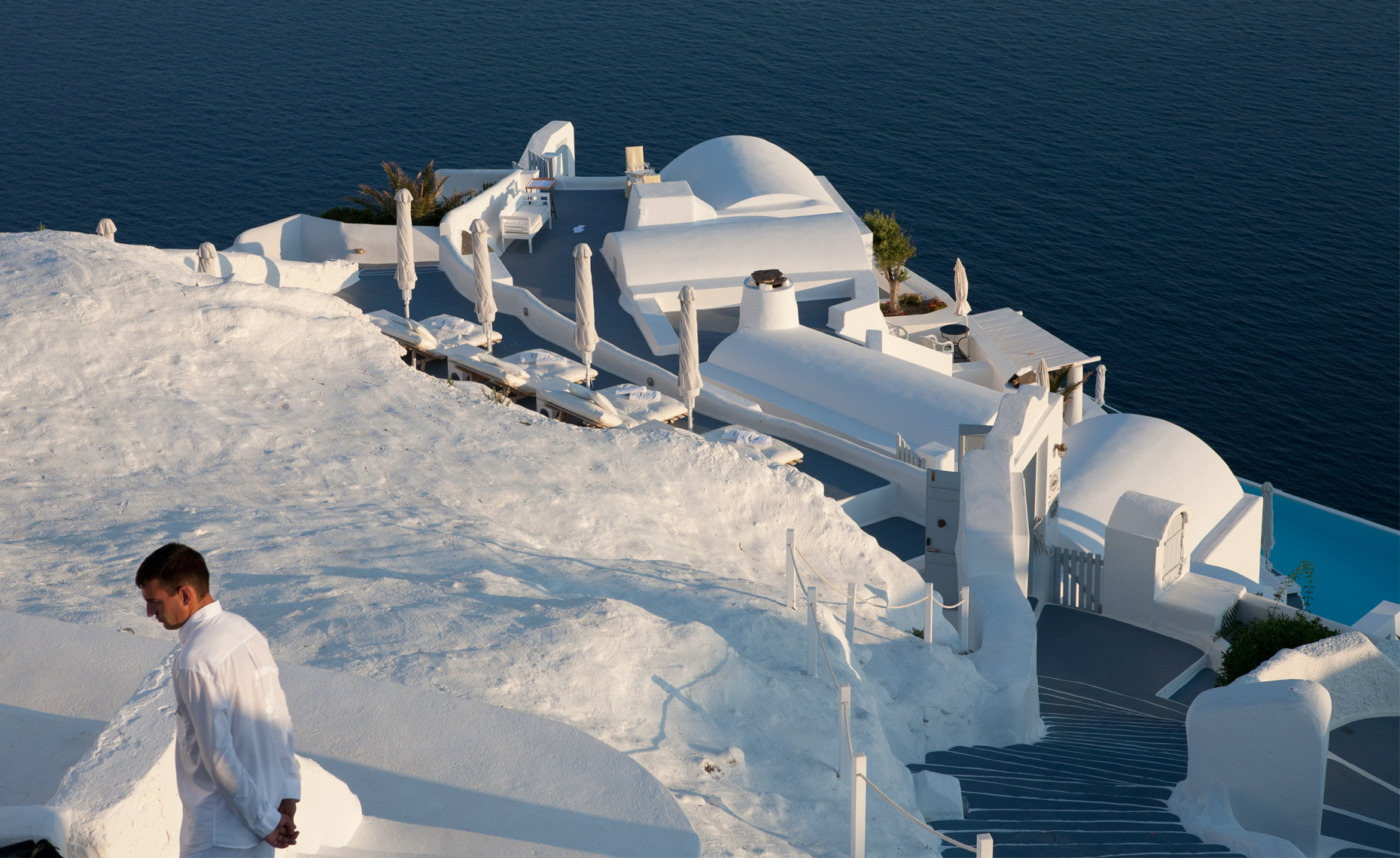 Santorini_manOnRoof